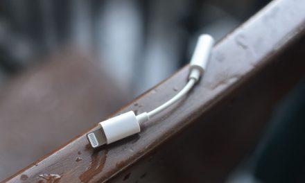 Тазгодишните модели iPhone може би няма да имат в комплекта си адаптер Lightning to Headphone Jack